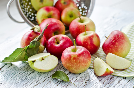 According to Traditional Chinese Medicine, apples strengthen heart, tonify qi, quench thirst, promote body fluids, lubricate lungs, and resolve mucus.